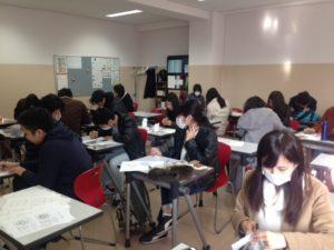 デザイン作りに集中する生徒たち